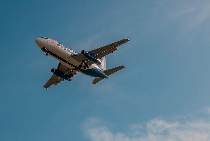 800px-Plane_landing